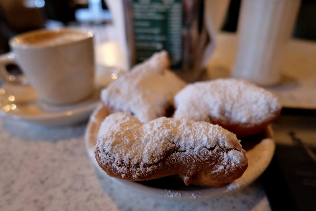 things to do in new orleans - cafe du monde beignet