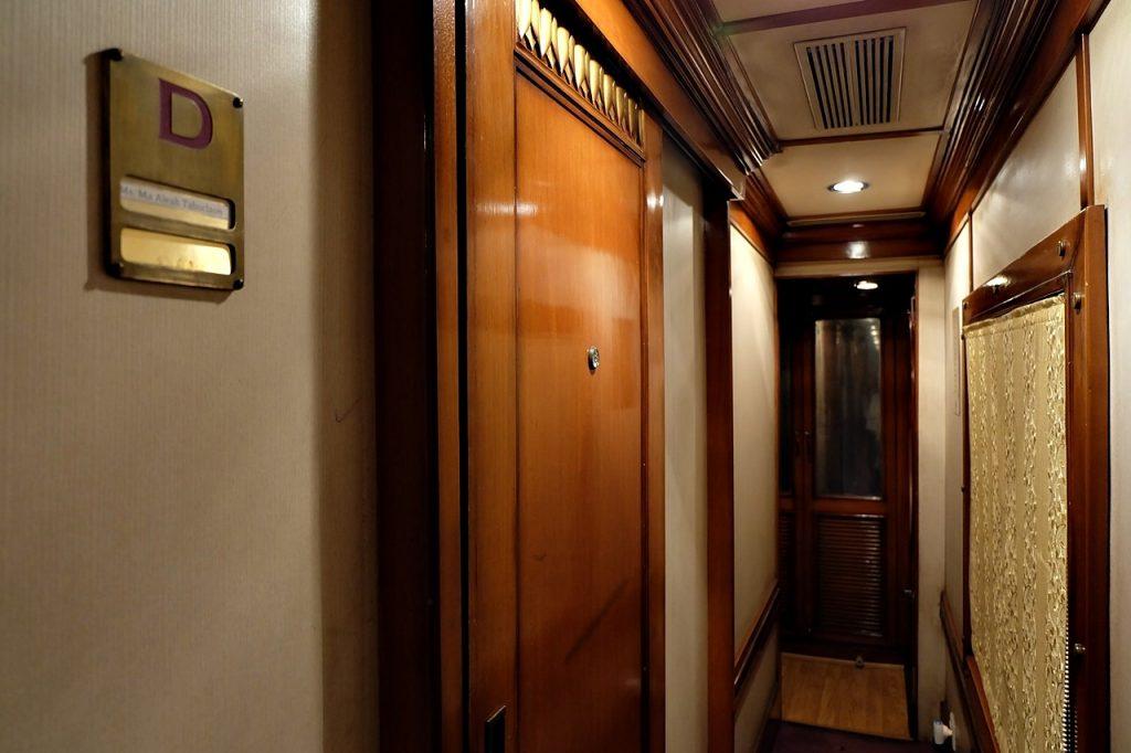 golden chariot review -- hallway